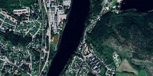 Tomten där husen är tänkt att byggas ligger mellan Ljungan och gamla E4, bredvid folktandvården. Bild: Google Maps