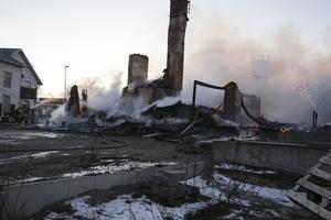 12 Söderbärkebor miste sin bostad och en pizzeria och en frisersalong sina lokaler vid branden mitt i Söderbärke. Boende i bygden har redan meddelat att de kan ställa upp med tak över huvudet för en längre tid om behovet finns.