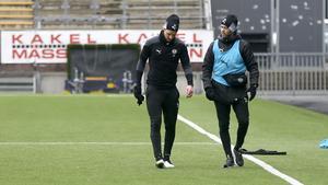 Johan Mårtensson lämnar ÖSK-träningen tillsammans med tränaren Jimmy Högberg.