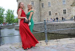 - Det är superkallt, men vi ler ändå, säger Alva Lundqvist, i rött, här tillsammans med Olivia Brandell.