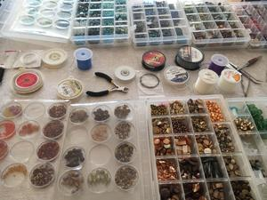 Det finns många pärlor att välja på för gruppen som lär sig att skapa armband och halsband.