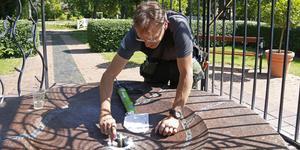 Andreas Karlsson tätar några svaga punkter i fontänen vid Aguéliplatsen.