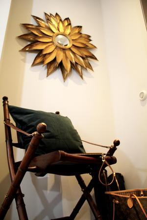 I hallen finns bland annat en solspegel och en ihopfällbar stol i teak och läder.