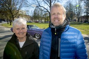 Yvonne Holmqvist tittar på cruisingen tillsammans med sonen Mikael Holmqvist.
