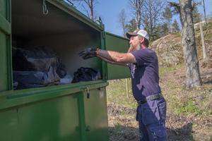Tillsynsman Mikael Odenstig har ett toppenjobb i naturreservatets vackra natur. Men då och då har han mindre trevliga arbetsuppgifter – som i dag när en säck avföring måste slängas.
