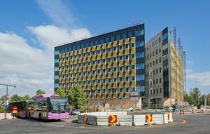Citypassagen heter det nya huset mellan Centralen och gamla postterminalen i Örebro. Bilden är ifrån sommaren 2018 då huset ännu inte var färdigt.