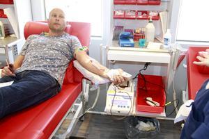 Fredrik Oliwsson har lämnat blod sedan 18-årsåldern. Han var på resande fot och när han såg blodbussen vid Brukshotellet i Fagersta gjorde han ett stopp.