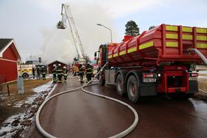Brandposterna i området fungerade inte. Vatten kördes i tankbilar till platsen.