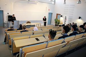 Under lektionen fick Simon svara på frågor om sin fotbollskarriär som startade i IFK Hallsberg. Idag spelar han i allsvenskan för ÖSK.
