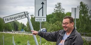 Leif Jansson pekar ut platsen på sin mark där han tänkt ställa plåtfigurerna.