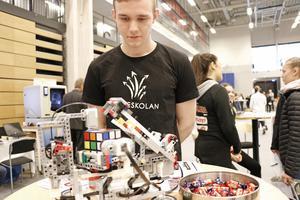 Här är en logo-robot som kan lösa Rubiks Kub. Lucas Voigt är en av konstruktörerna till denna maskin.