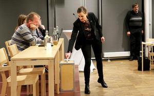 Socialdemokraten Per Eriksson hänger med huvudet, under måndagens fullmäktige-omröstning, samtidigt som Carolone Dieker (M) får allt mer segervittring. Mycket tyder på ett maktskifte i Askersund.