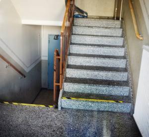 Trappuppgången i hyreshuset där mordförsöket på imamen skedde.