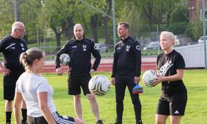 Forsbys tränare Per Andersson (till höger) tror på seger mot Västanfors trots att man saknar fyra ordinarie spelare till matchen.