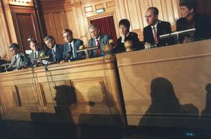 Presskonferens 20 september 1992 med regeringspartierna och Socialdemokraterna, på Rosenbad. Fr. v. Alf Svensson, Olof Johansson, Bengt Westerberg, Carl Bildt, Ingvar Carlsson, Mona Sahlin, Allan Larsson och Ingela Thalén. Foto: Jurek Holzer / SCANPIX.