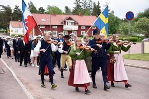 Traditionsenligt ledde Älvdalens spelmanslag processionen framåt.