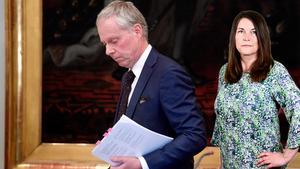 Hovrättslagmannen Lars Dirke meddelade domen mot kulturprofilen under en välbesökt pressträff.  Foto: Fredrik Sandberg / TT