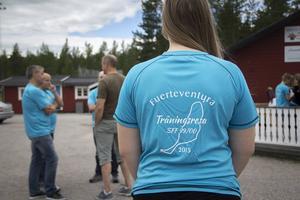 Under måndagen samlades laget vid klubblokalen för att få nya träningströjor.