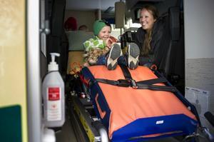 Treårige Casper Stridsberg och hans amma Gunilla Stridsberg fick prova ambulansen.