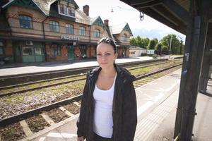 """Anna Sigfridsson fick nog av att stå upp och vänta på tågen vid perrongen i Västanfors, """"speciellt för de som pendlar vore det ju bra med bänkar"""", säger hon."""
