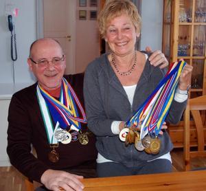 Curlingguldföräldrarna  Tord-och Åsa Bergström hemma efter döttrarna Anna Le Moine och Kajsa Bergströms fantastiska bedrift att vinna guld vid OS i Vancouver. Här med några av de medaljer som döttrarna vunnit under årens lopp.