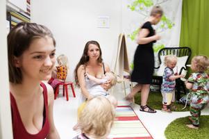 Amningsrådgivare och hjälpmammor från Amningshjälpen Dalarna under invigningen av amningsrummet i Bergströms galleria, Maja Söderström, Angelica Jörgensen och Nathalie Dragonwitch.