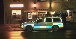 Polisen har spärrat av butiken.
