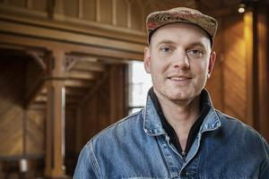 Emil Westberg gillar atmosfären i träkyrkan.