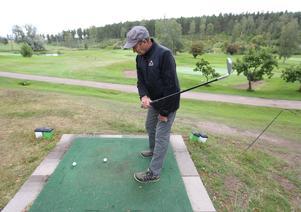 Stig är idag en av de bättre golfspelarna i Sverige som slår med en arm.