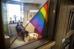 Lorengsbergaskolans toleransprojekt har ett tydligt budskap om alla människors lika värde och prideflaggor syns på flera ställen i skolanbyggnaden.