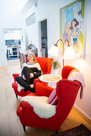 Ann-Helen och hennes älskade röda fåtöljer: