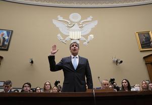 Trumps förra advokat Michael Cohen svär eden i kongressen inför förhöret. Foto: AP Photo/J. Scott Applewhite