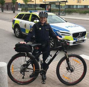På nationaldagen i Sundsvall förra året patrullerade Sofia på cykel.