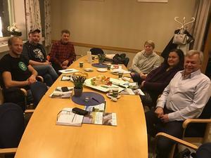 Runt bordet från vänster sitter Carl-Johan Staffansson, Janne Hansson, Hans Bruun, Viola Sverkersdotter, Solange Nord & Sören Görgård