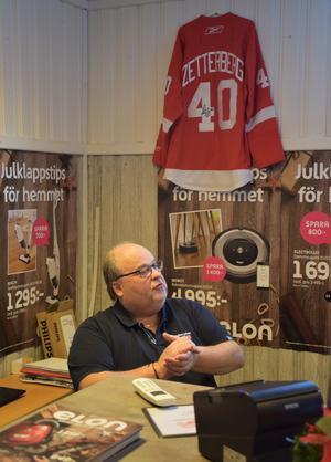Det ska vara en Zetterberg i gamla Zetterbergs Els butik i Nolby, Njurunda. Tommy vid skrivbordet och brorsonen Henriks signerade tröja från Detroit Red Wings på väggen.
