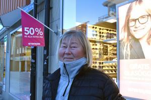 Anne Närhi, 65 år: – Ja det gör jag. Jag har precis fyllt pensionär! Men jag började kolla i kuvertet för fem år sedan ungefär. Det är dumt att de har höjt pensionsåldern tycker jag. Vissa vill ju jobba till de är 75, då borde ju andra kunna plocka ut pensionen 55. Det känns så militäriskt att bestämma sådant åt folk.