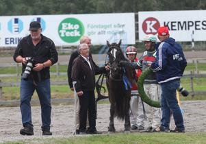 Många ville fota segrarna Nils–Olov, Tomas, Stefan och hästen Guli Anna.