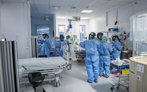Att de människor som arbetar inom vården och omsorgen får det stöd de behöver för att orka fortsätta arbeta under och efter krisen är nödvändigt för svensk sjukvård och välfärd, skriver Anders W Jonsson och Per Lodenius. Foto: Staffan Löwstedt, TT.