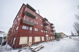 Strax intill Bangårdsgatans vägbana tornar sig nu de nya huskropparna upp i bostadskvarteret Söderbo.