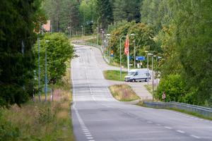 Väg 296 går förbi äldreboendet Furugården och rakt genom byn, förbi Ica Nickeln. Här är hastighetsbegränsningen  40 kilometer i timmen, men få respekterar detta.