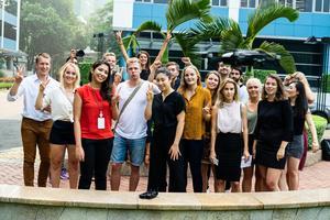 Gruppbild från Kinabesöket. Axel Ingo står längst till vänster.