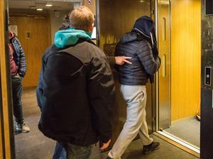 42-åringen förs in i hissen och vidare mot häktet efter beslut av tingsrätten.