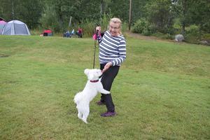 Maria Andersson från Frövi gjorde sig redo att tävla med Akinnaz Pyzzla. I vanliga fall är det dottern som tävlar. – Jag är rädd att min kropp inte ska hålla men målet är att ta mig igenom banan och ha ett bra samarbete hunden, säger Maria.