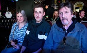 Veronica, Tobias och Lars Sundquist hade även dem tagit sig till Skratta med Käften.