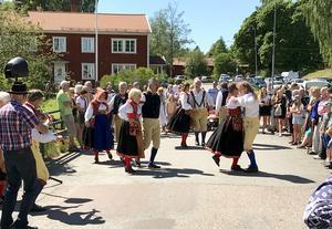 Floda folkdansgille hade uppvisning – och visader bland annat den ålderdomliga Huppleken – på Norsbron och vid församlingshemmet, i bakgrunden, genomförde Gagnef-Floda Brukshundklubb en uppvisning i agility.