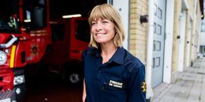 Linn Carderos har pannben och ett jävlar anamma – utan det skulle hon kanske inte tagit sig in på brandkåren. I början av 2000-talet var det fortfarande mycket ovanligt med kvinnliga brandmän.