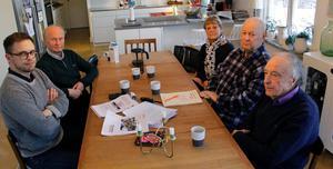 De närboende är samlade i köket runt  ritningar och dokument om de planerade byggena.  Från vänster Jonas Selmeryd, Uwe Rosenberg, Anna-Lena Rosenberg,  Bo Vesterberg och Rolf Falkland.