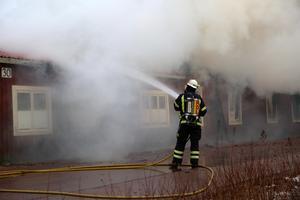 Räddningschef Johan Szymanski uppmanade alla att hålla sig inne i området på grund av brandröken.
