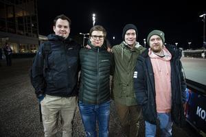 Eric Fogelberg, Vincent Bodin, Andreas Fogelberg och Andreas Persson kommer ofta till travbanan. – Vi är riktiga travnördar, säger Andreas Fogelberg.Alla har dessutom gått eller går nu på travskolan i Bergsåker.
