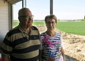 Lennart och Marianne Jonsson gillar utsikten från det inglasade uterummet. De ska bygga en altan utanför och före midsommar blir det även gräsmatta på tomten. Från huset kan de se trafiken på E18 och 252:an men den hörs knappt alls.